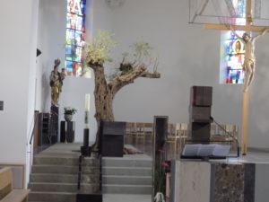 Der Ölbaum mit dem Flußlauf der Kirche