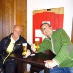 Sportreferent Rudi und Reiseleiter Franz bei einem Bierle