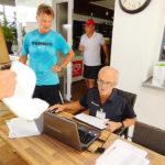 Rudi Wohlgenannt bei der Eingabe der Ergebnisse