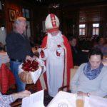 Nikolaus verteilt Päckle