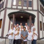 Gruppenfoto vor der Evangelischen Kirche
