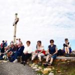 Ein Hock beim Gipfelkreuz