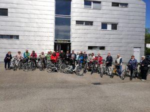 Die Radlergruppe vor dem Flughafengebäude