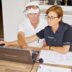 Angelika und Billy bei der Eingabe der Ergebnisse