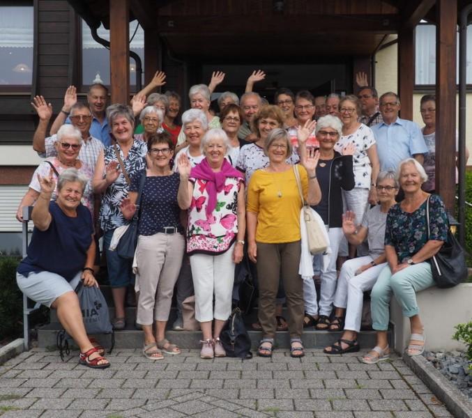 """Gruppenfoto vor dem Gasthof """"Linde"""" in Biberach im Kinzigtal"""