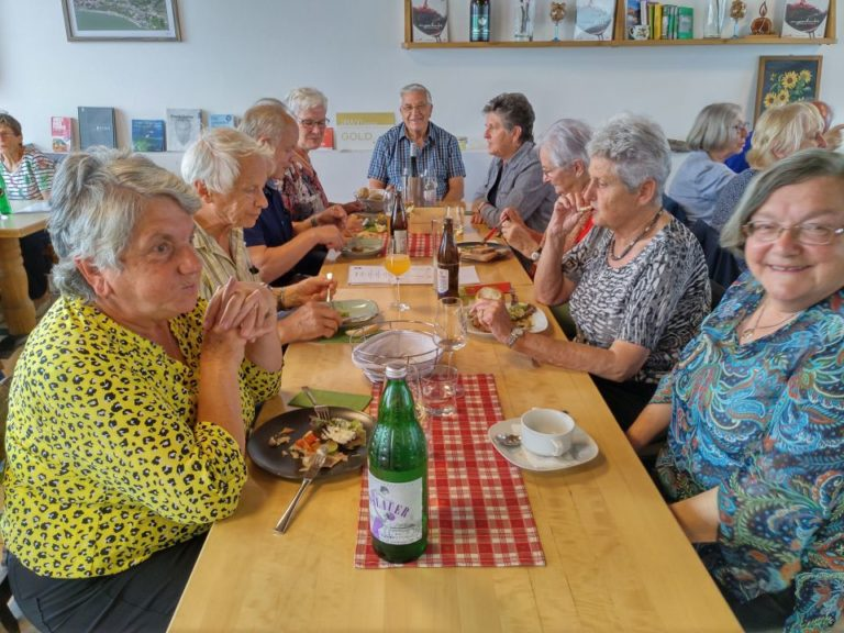 Senioren reisen wieder und akzeptieren COVID-19-Regeln - Image 3