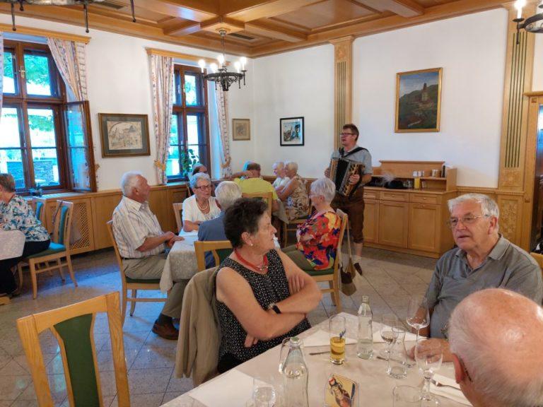 Senioren reisen wieder und akzeptieren COVID-19-Regeln - Image 2