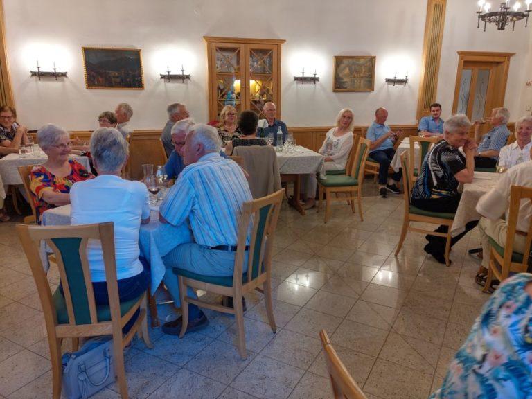 Senioren reisen wieder und akzeptieren COVID-19-Regeln - Image 1